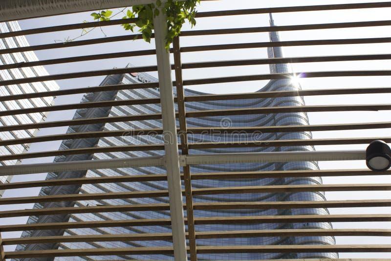 Detalhe arquitetónico da fachada de vidro na construção da torre de Unicredit em Milão imagem de stock