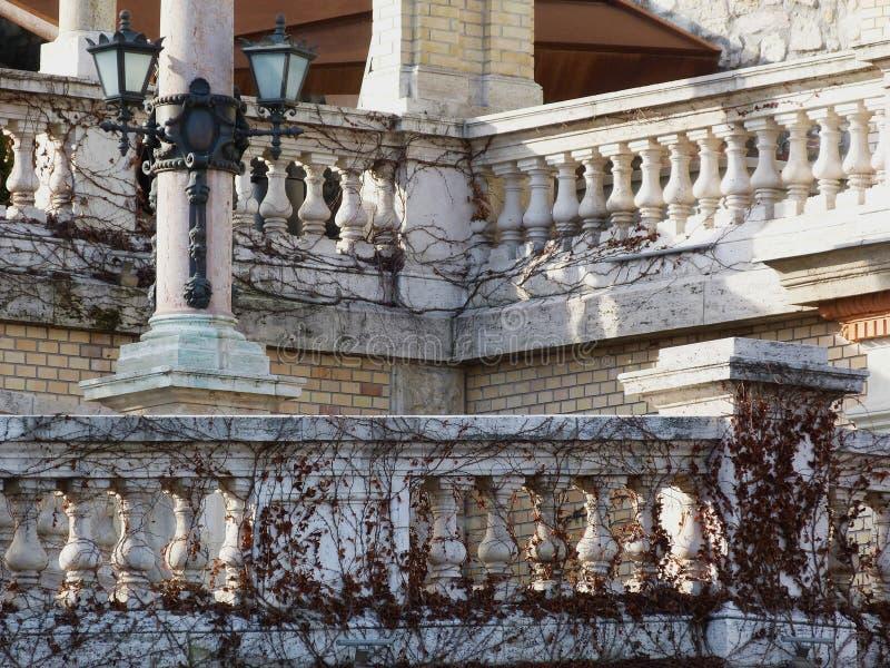 Detalhe arquitetónico de balaustrada ao longo de uma rampa fotos de stock