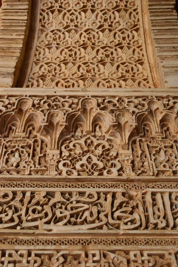Detalhe arquitetónico de Granada - de Alhambra - caracterizando a caligrafia islâmica foto de stock royalty free