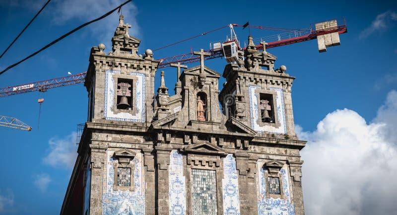 Detalhe arquitetónico de Saint Ildefonso Catholic Church em Porto, Portugal foto de stock