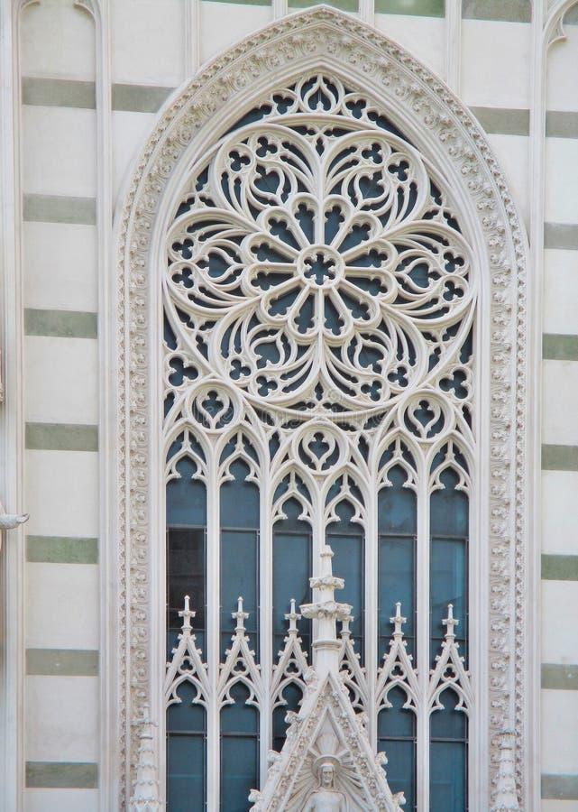 Detalhe arquitetónico gótico na entrada da igreja do coração sagrado de Jesus, Roma, Itália foto de stock royalty free