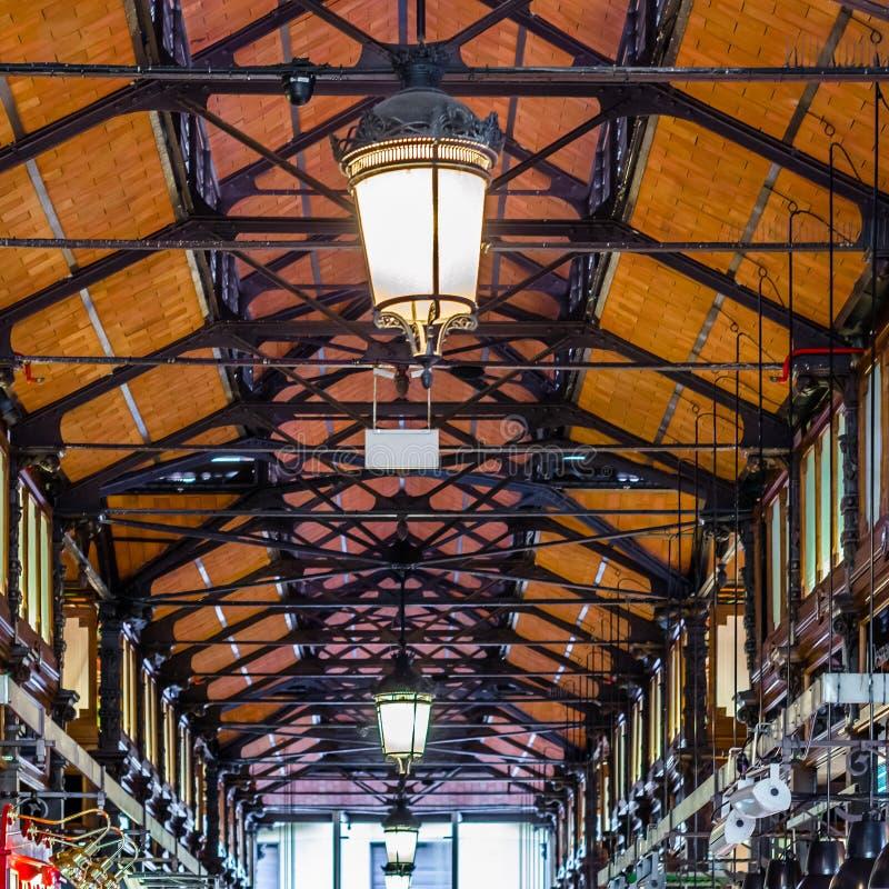 Detalhe arquitetónico interior de San Miguel Market no Madri, Espanha foto de stock