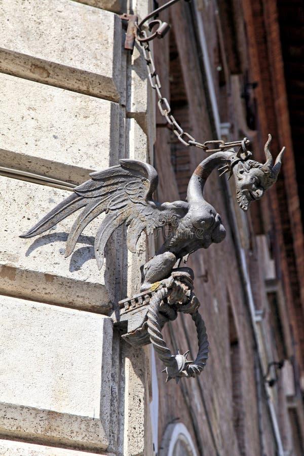 Detalhe arquitetónico medieval com figura do diabo imagem de stock