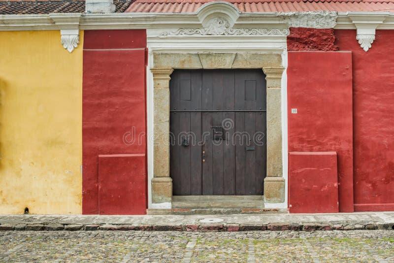 Detalhe arquitetónico na casa colonial na Guatemala de Antígua fotos de stock