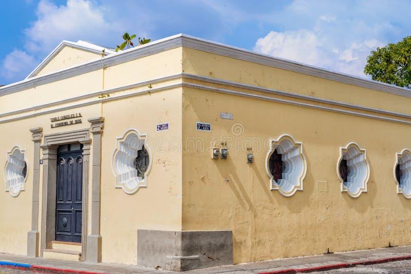 Detalhe arquitetónico na casa colonial na Guatemala de Antígua imagens de stock
