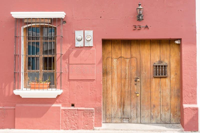 Detalhe arquitetónico na casa colonial na Guatemala de Antígua imagens de stock royalty free