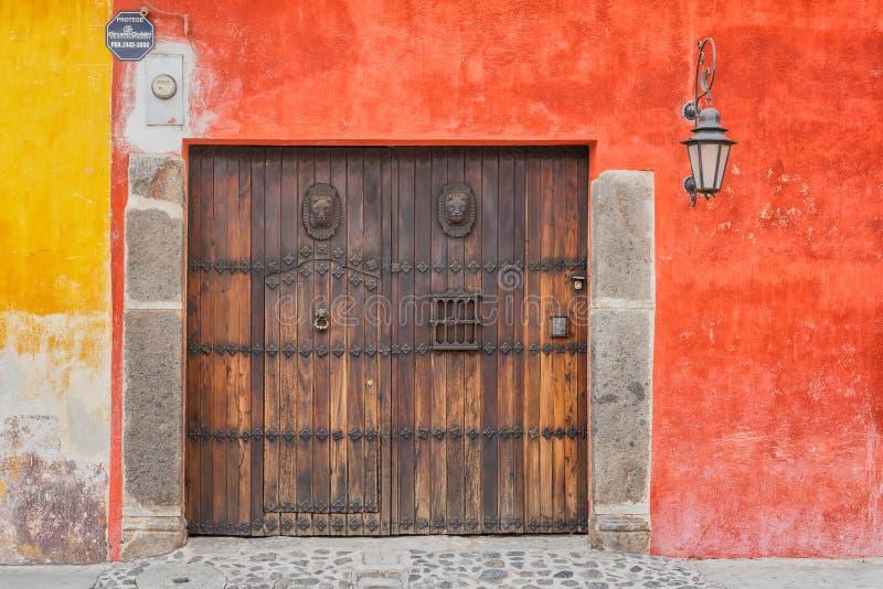 Detalhe arquitetónico na casa colonial na Guatemala de Antígua imagem de stock royalty free