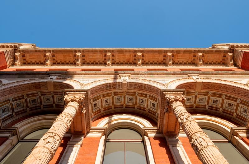 Detalhe arquitetônico do exterior do Museu Victoria e Albert, na Exhibition Road, Kensington, Londres, Reino Unido imagem de stock