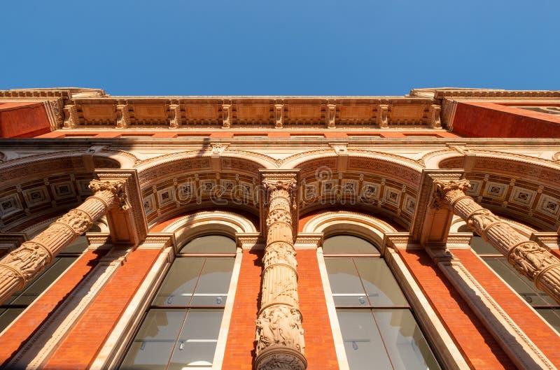 Detalhe arquitetônico do exterior do Museu Victoria e Albert, na Exhibition Road, Kensington, Londres, Reino Unido imagens de stock