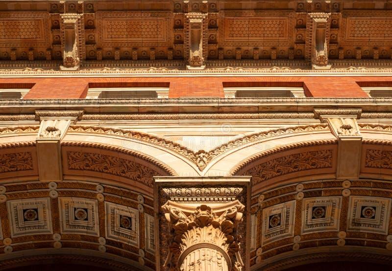 Detalhe arquitetônico do exterior do Museu Victoria e Albert, na Exhibition Road, Kensington, Londres, Reino Unido fotografia de stock royalty free