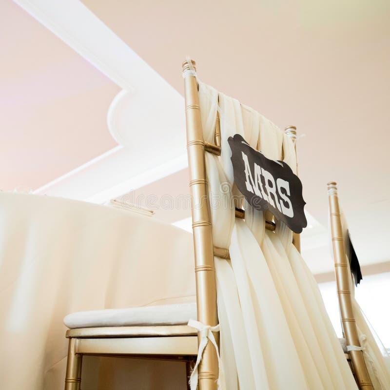 Detalhe ascendente próximo de cadeira da noiva do casamento fotografia de stock royalty free