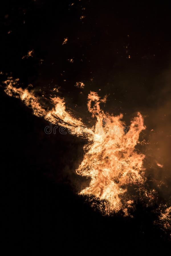 Detalhe ascendente próximo de chamas alaranjadas brilhantes na noite durante fogos de Califórnia fotos de stock