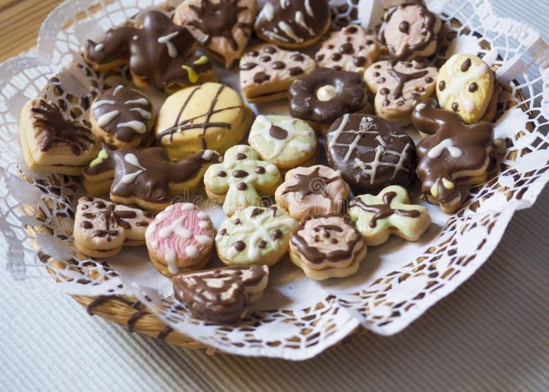 Detalhe ascendente próximo de doces checos tradicionais do Natal ou da Páscoa, cookies de Linzer enchidas com o doce de morango p imagens de stock