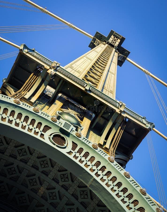 Detalhe com cabos da suspensão, New York C da torre da ponte de Manhattan fotos de stock
