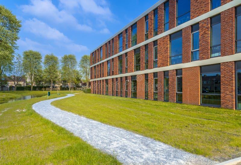 Detalhe da arquitetura de prédio de escritórios moderno situado ao lado de p fotos de stock