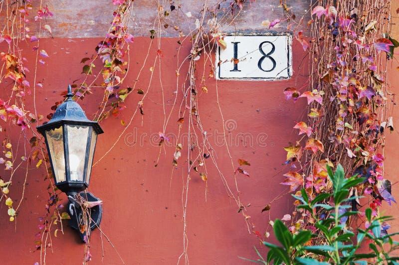 Detalhe da arquitetura de Roma com lâmpada e número da casa de rua imagens de stock