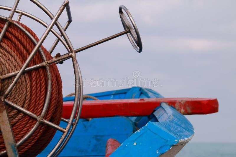 Detalhe da bobina da corda de um barco de pesca pequeno fotos de stock