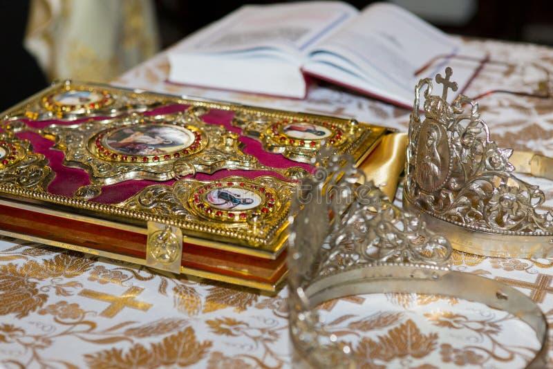 Detalhe da cerimônia de casamento a tabela do padre foto de stock royalty free