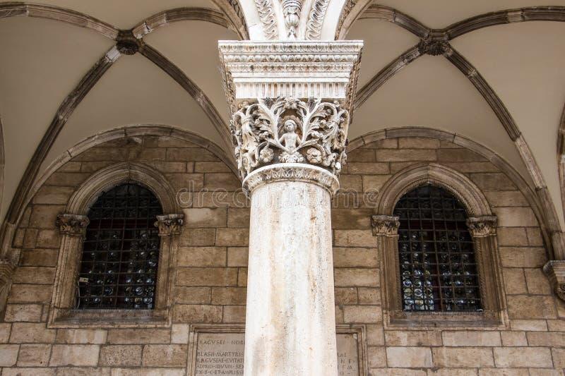 Detalhe da coluna no palácio de Sponza na cidade velha do ` s de Dubrovnik, Croácia fotos de stock royalty free