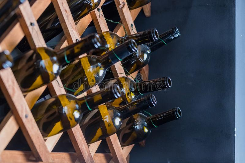 Detalhe da decora??o interior home Ainda vida de garrafas de vinho verdes transparentes Design de interiores espanhol do vintage  imagens de stock royalty free