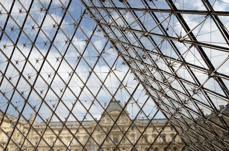 Detalhe da entrada de vidro da pirâmide ao museu do Louvre fotografia de stock royalty free