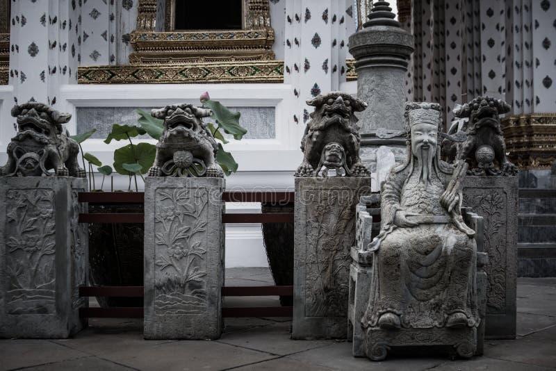Detalhe da estátua de pedra para o estilo Tailandês-chinês e a arquitetura tailandesa da arte no templo budista de Wat Arun em Ba imagens de stock