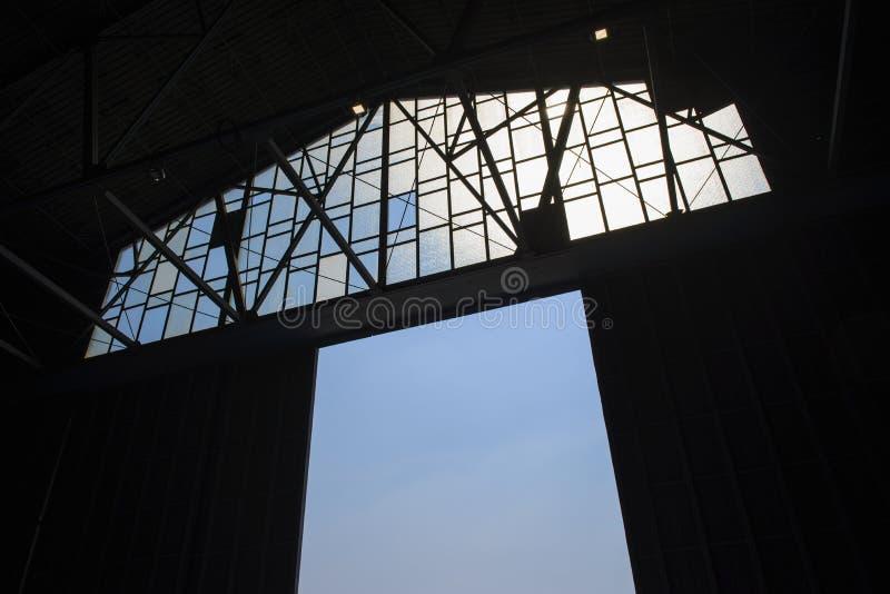 Detalhe da estrutura de uma porta do armazém com céu azul fotografia de stock royalty free