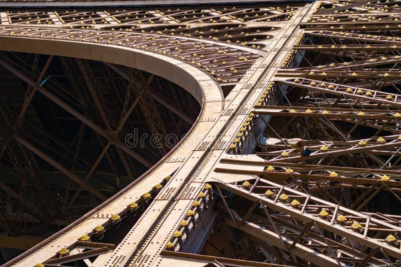 Detalhe da estrutura do metal na torre Eiffel foto de stock