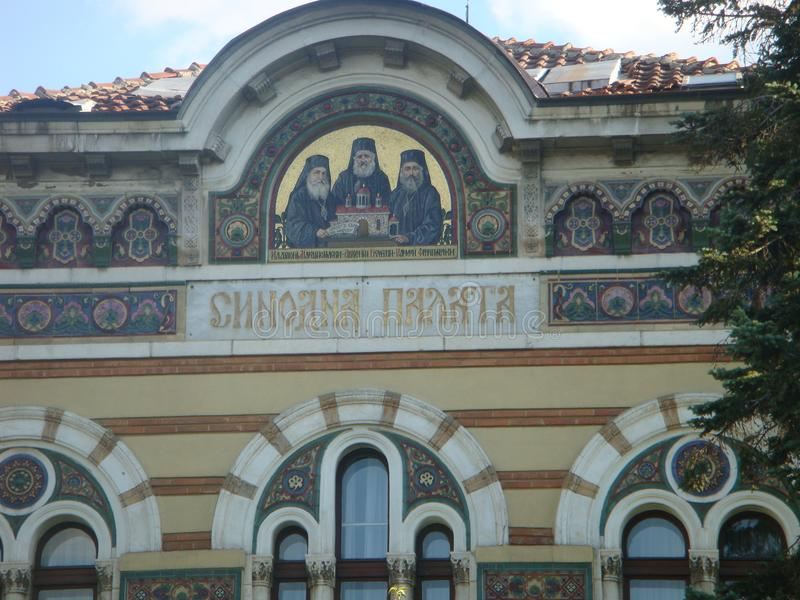 Detalhe da extremidade de uma construção antiga com um esboço com os mosaicos de três padres ortodoxos Sófia em Bulgária imagens de stock royalty free