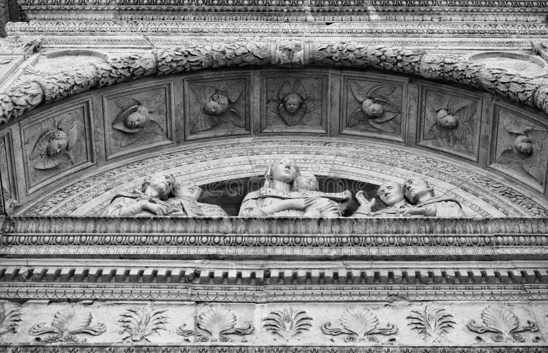 Detalhe da fachada cinzelada de uma igreja medieval italiana fotografia de stock