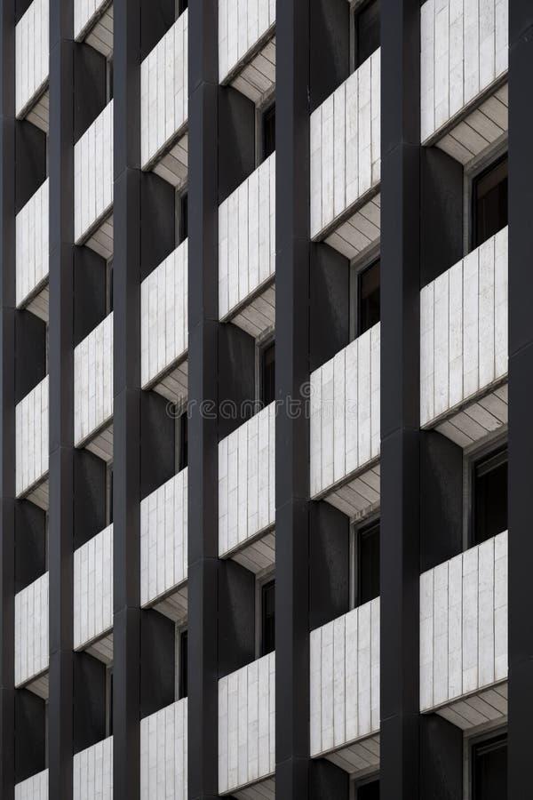 Detalhe da fachada da construção, teste padrão arquitetónico com janelas imagem de stock
