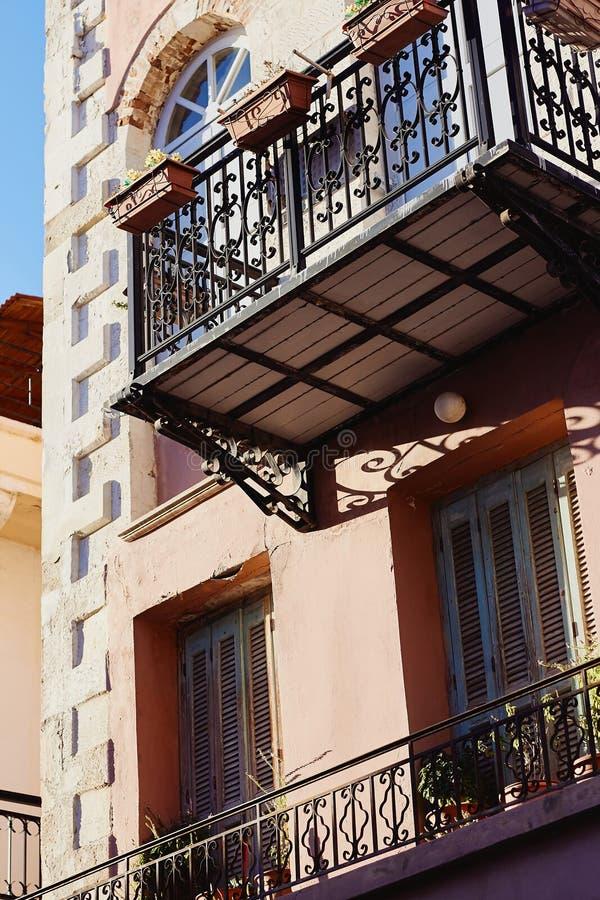 Detalhe da fachada de casa cor-de-rosa no estilo de Mediterranian fotos de stock royalty free
