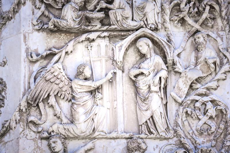 Detalhe da fachada do domo de Orvieto, Itália Bas- de mármore foto de stock royalty free