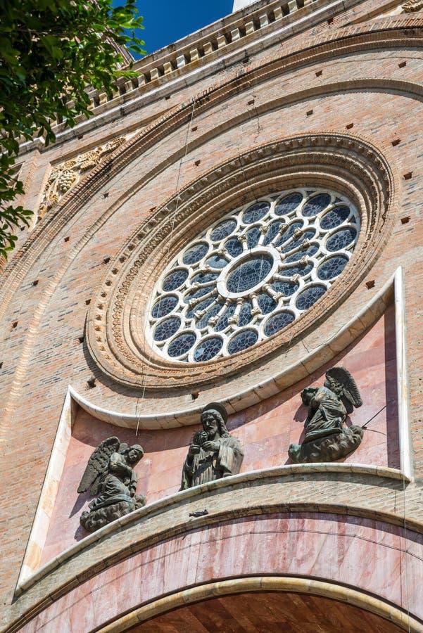 Detalhe da fachada frontal de uma catedral imagem de stock