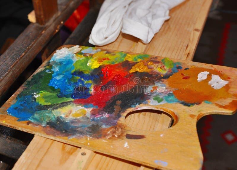 Detalhe da ferramenta do pelette das cores do oilpaint da arte finala do artista dos pintores na oficina imagem de stock royalty free
