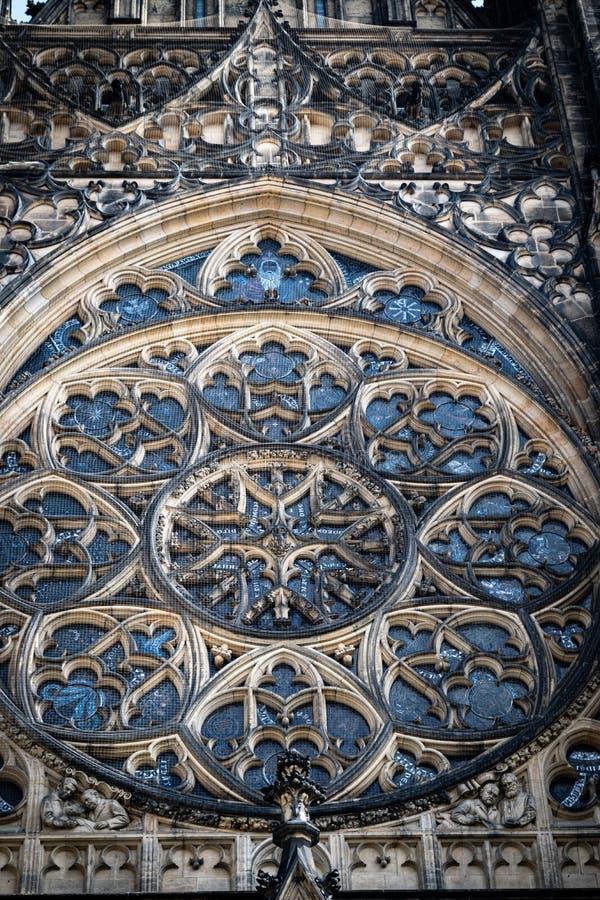 Detalhe da janela cor-de-rosa no St Vitus Cathedral, em Praga fotografia de stock
