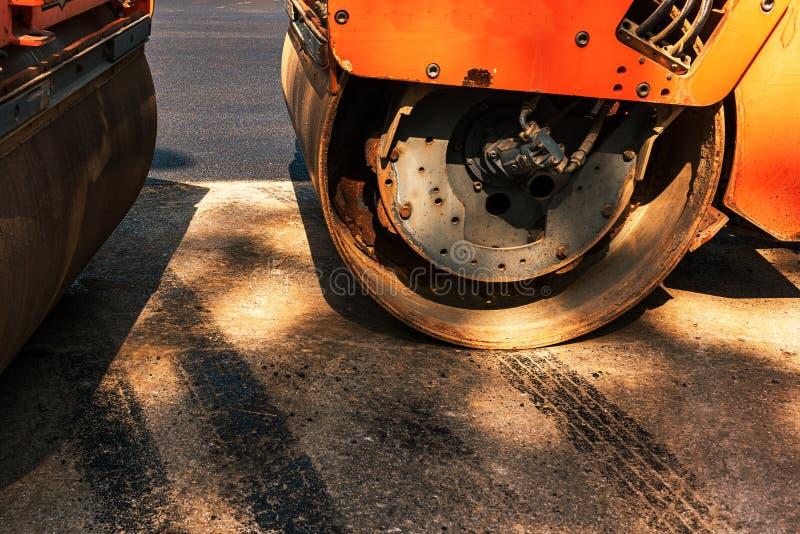 Detalhe da máquina da indústria da construção civil do rolo da estrada asfaltada imagens de stock royalty free
