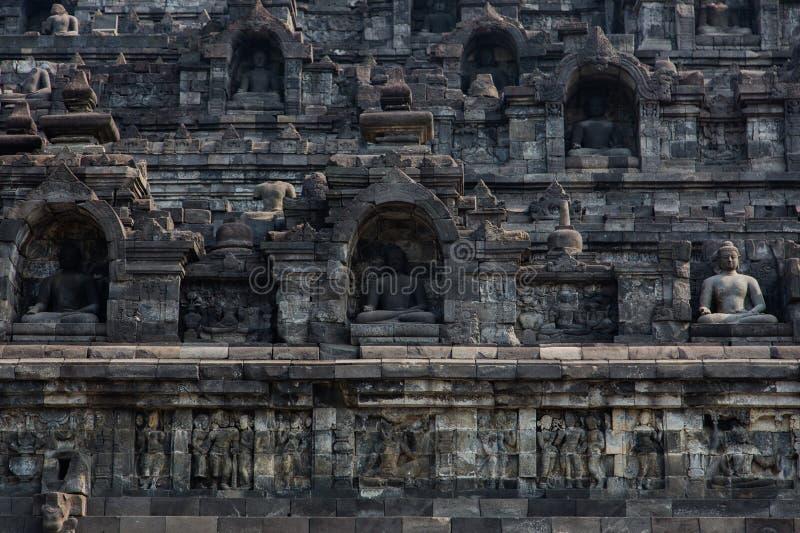Detalhe da parede exterior de templo de Borobudur, Java, Indonésia foto de stock