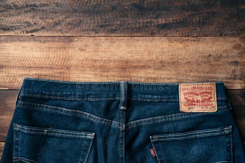 Detalhe da parte traseira de um par de calças de brim do ` s de levi imagens de stock
