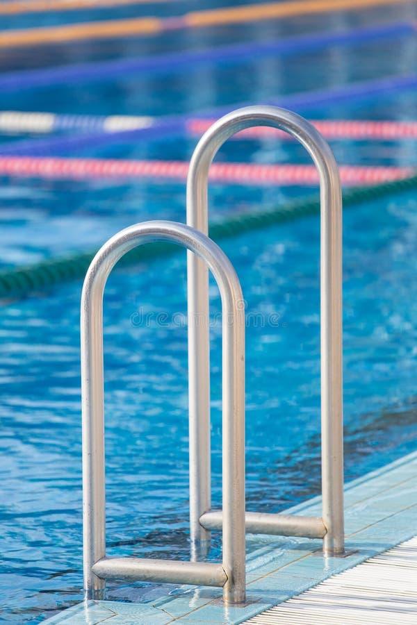 Detalhe da piscina com pistas da nadada fotografia de stock royalty free
