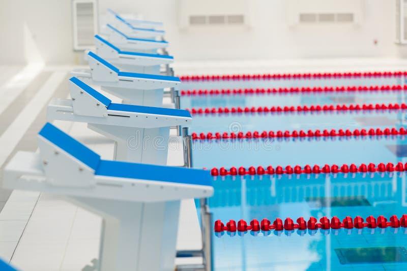Detalhe da piscina olímpica do ar livre - começando lugares fotos de stock