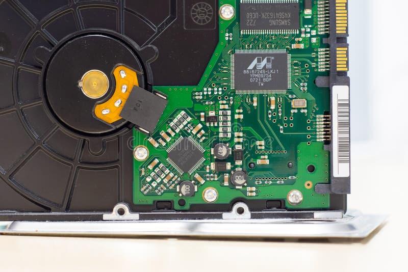Detalhe da placa eletrônica de um disco rígido mecânico fotos de stock royalty free