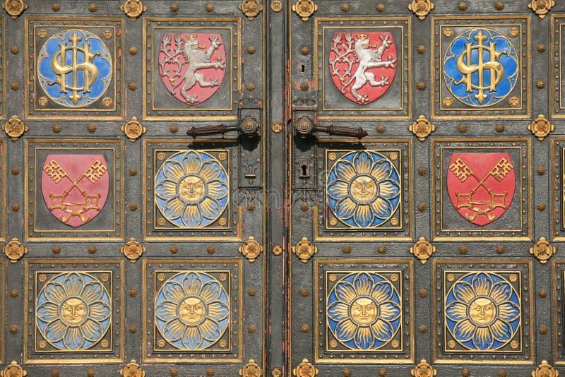 Detalhe da porta de catedral de Vysehrad imagem de stock