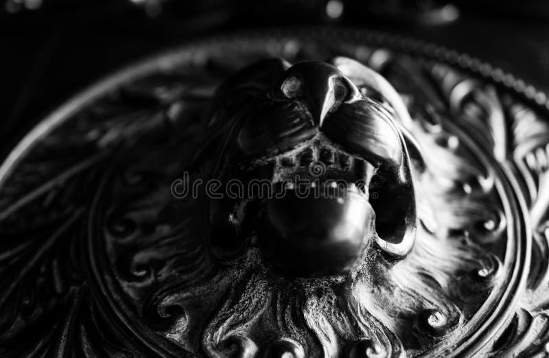 Detalhe da porta do leão na Catedral de Norwich fotografia de stock