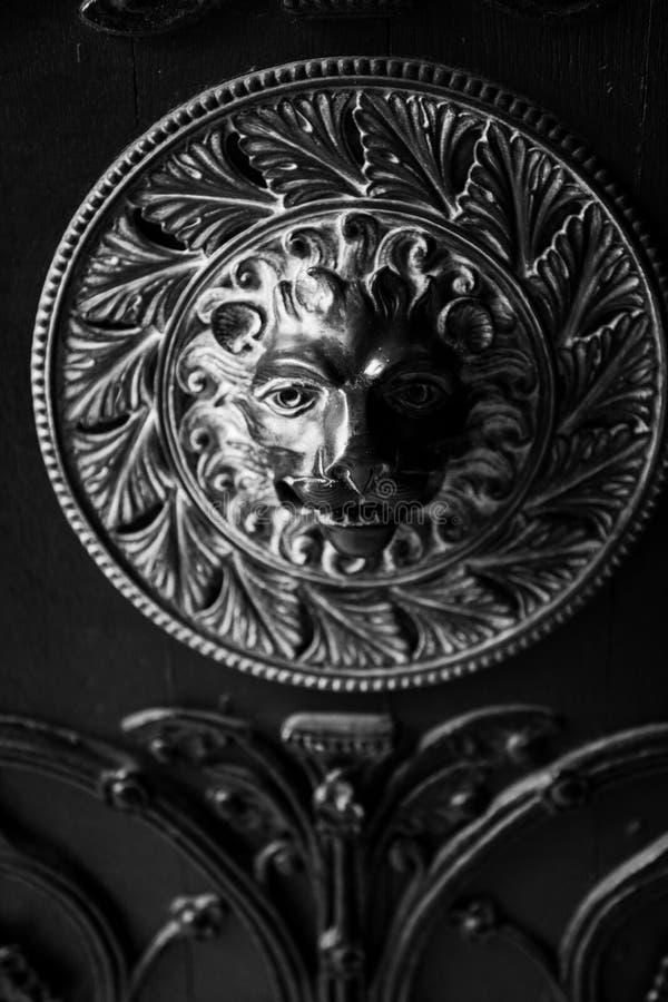 Detalhe da porta do leão na Catedral de Norwich imagem de stock