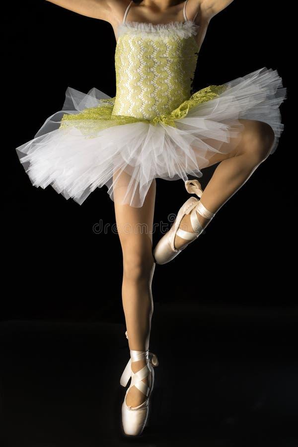 Detalhe da pose do bailado com traje da bailarina imagens de stock