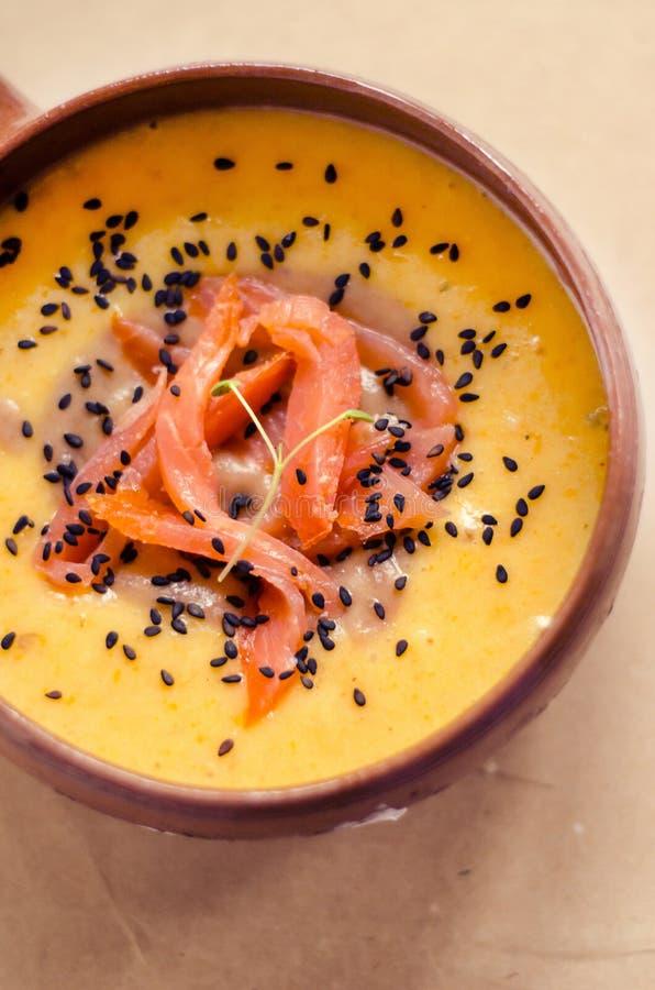 Sopa de batatas com salmões imagens de stock royalty free