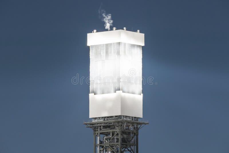 Detalhe da torre de energias solares fotos de stock