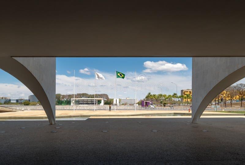 Detalhe das colunas do palácio de Planalto com a plaza de três poderes e corte suprema no fundo - Brasília, Distrito federal, Bra foto de stock royalty free