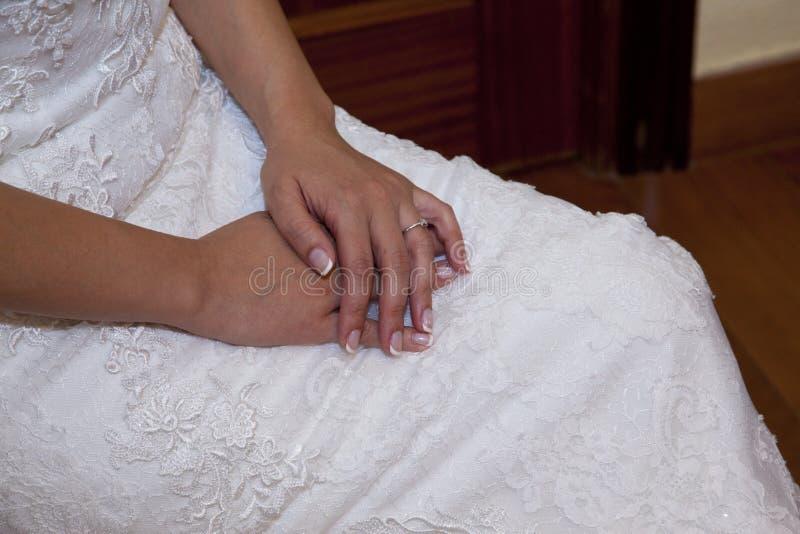 Detalhe das mãos da noiva fotografia de stock